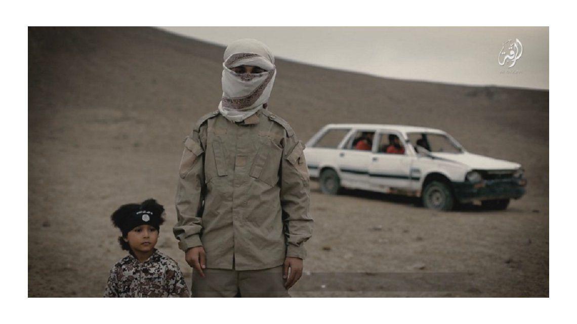 Terrible video del ISIS: un nene yihadista ejecuta a cuatro rehenes