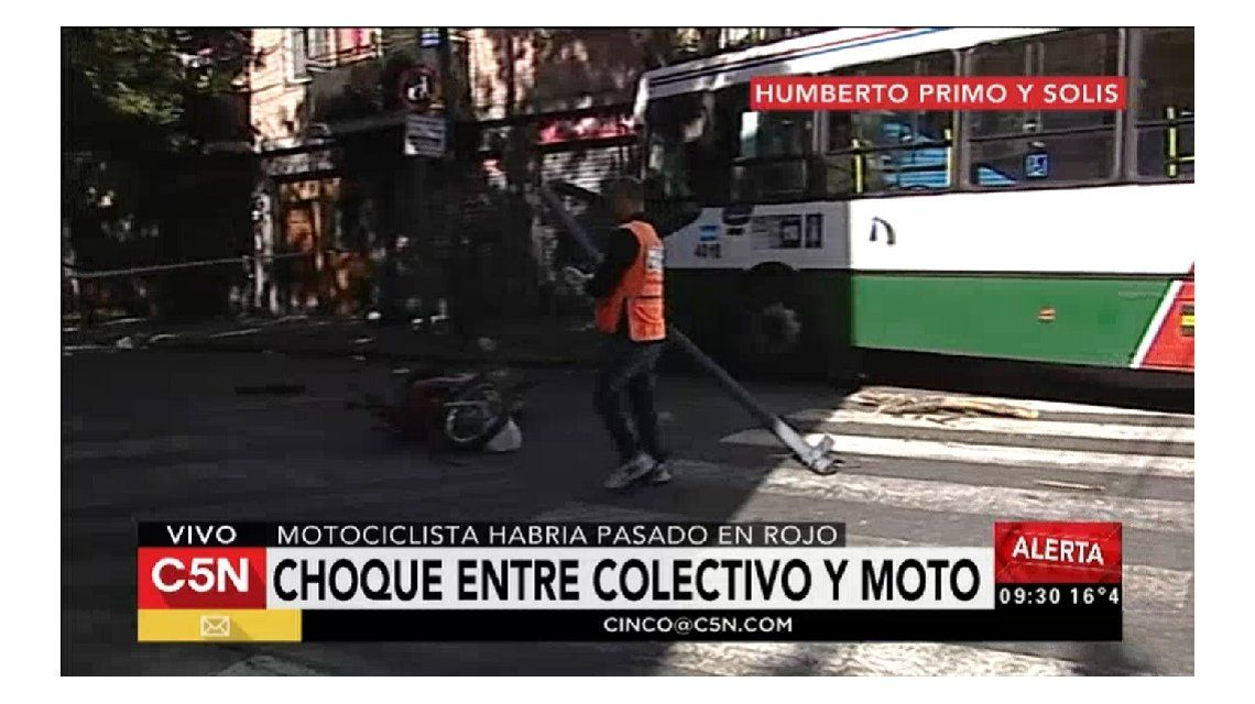 Un motociclista habría cruzado en rojo y chocó con un colectivo en Constitución