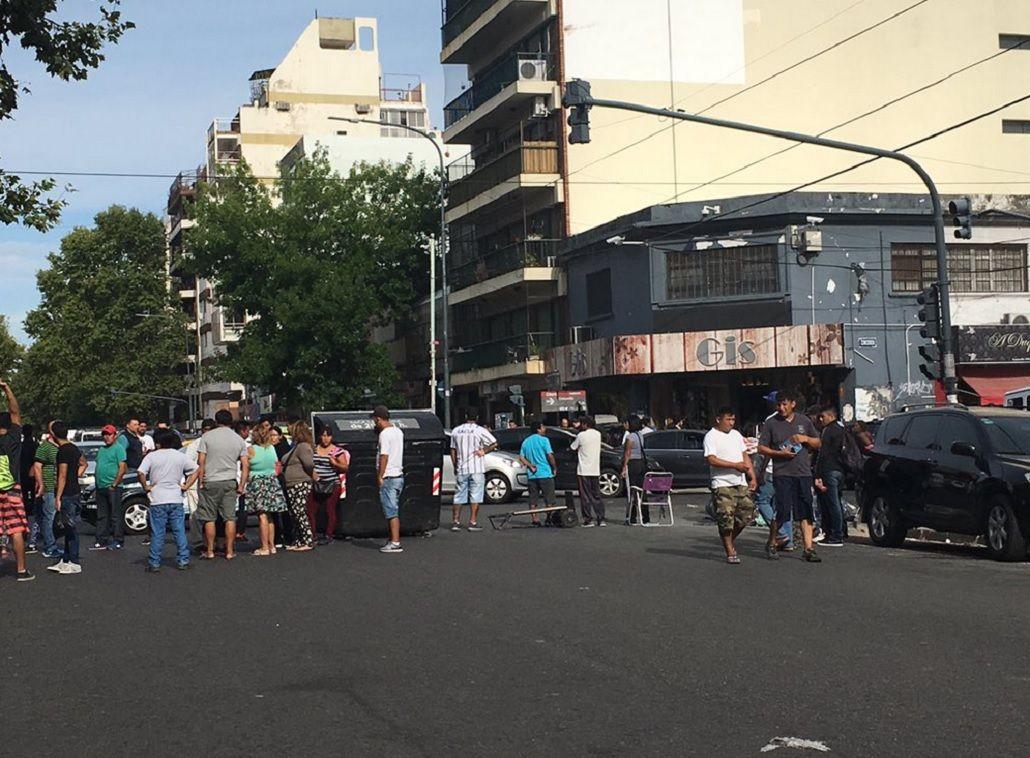 Tensión en la calle Avellaneda por un piquete de manteros