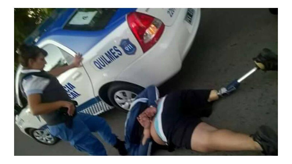 Con una pierna ortopédica, intentó robar un auto a mano a armada pero lo detuvieron