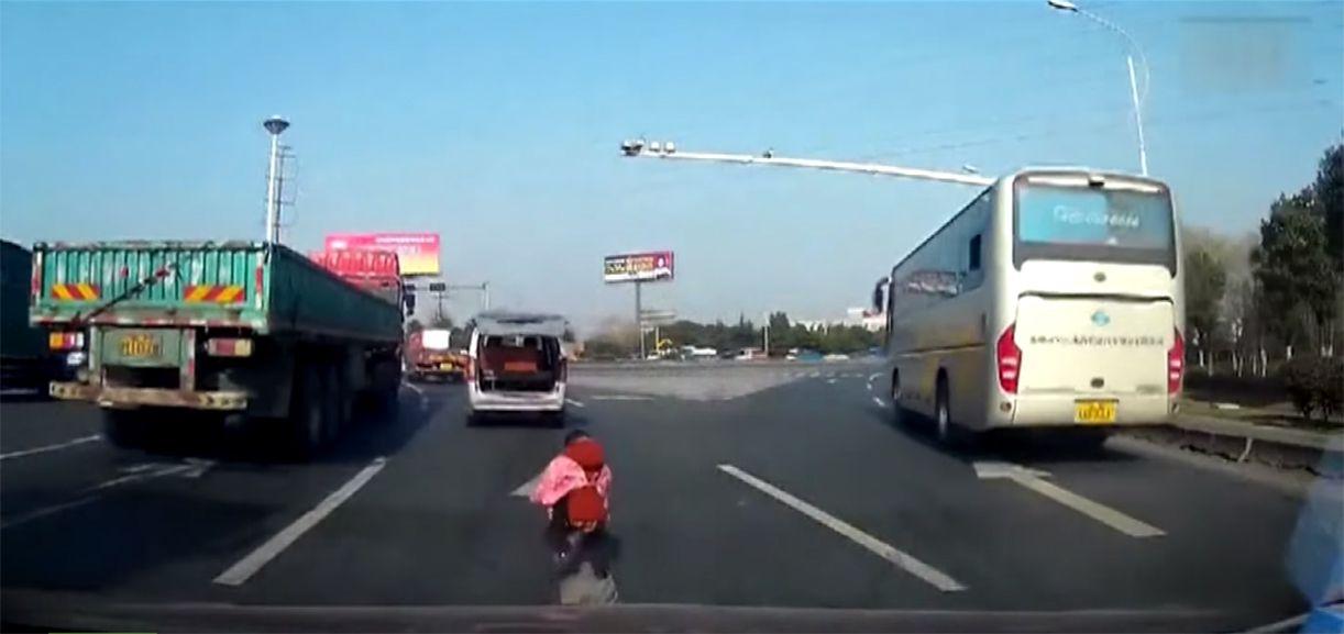 VIDEO: Viajaban en una camioneta, se cayó un nene y la familia no se dio cuenta