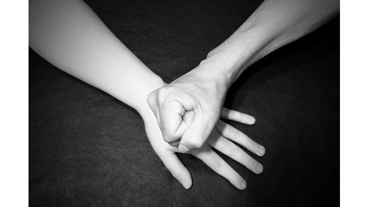 Un hombre simuló el suicidio de su mujer pero quedó detenido imputado de homicidio.