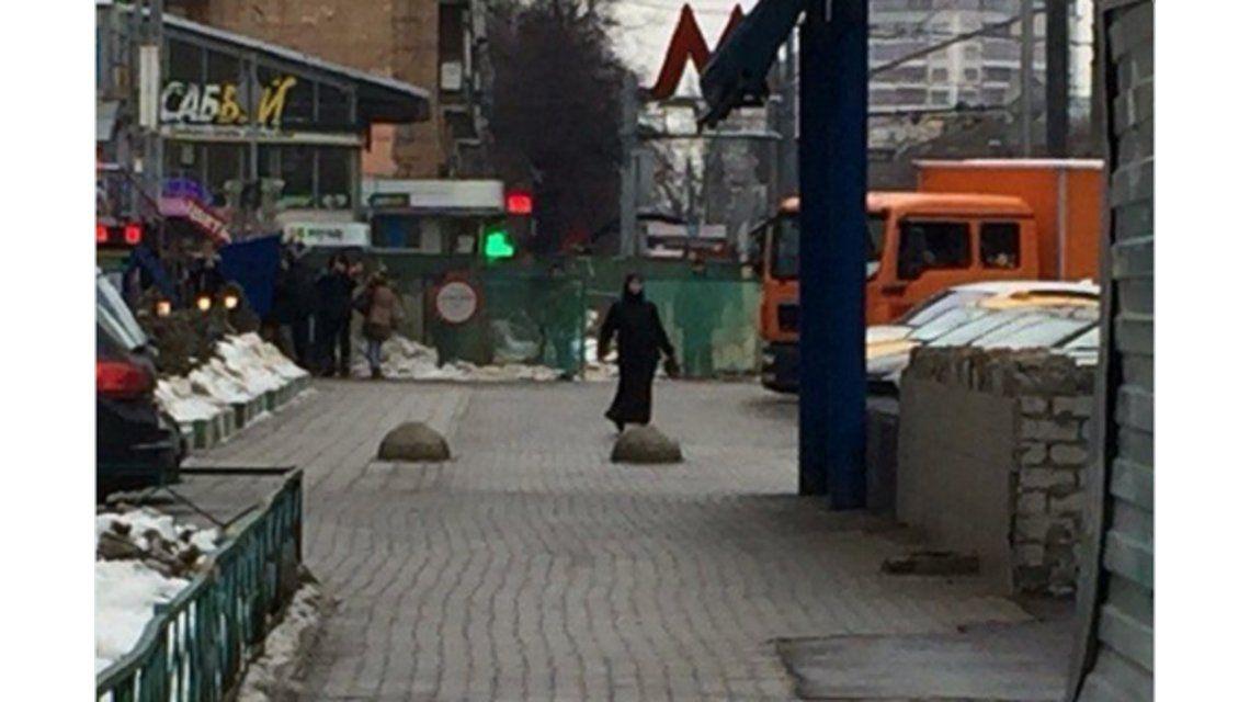 Horror en Moscú: una mujer se paseó con la cabeza de una nena en la mano
