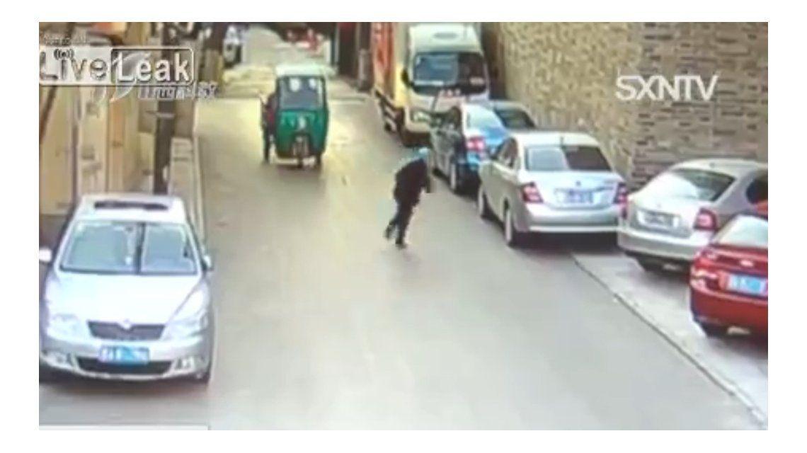 Una anciana tropezó en la calle y los autos le pasaron por al lado como si nada
