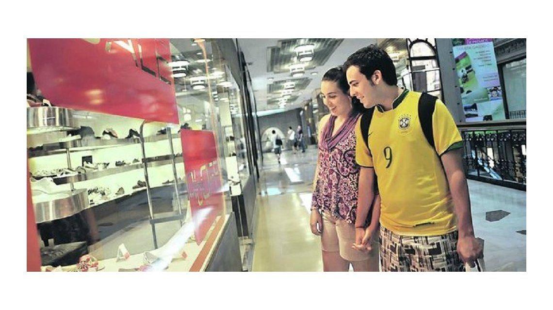 Brasil reduce impuestos a turistas en el exterior y beneficia a la Argentina