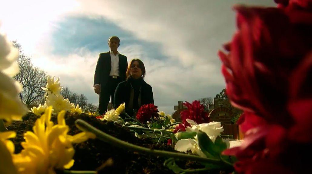 Impresionante escena de Dupláa y Echarri sobre una tumba en La Leona