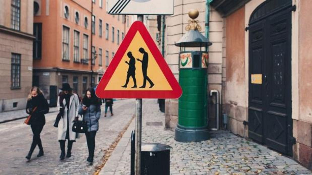 ¡Cuidado, gente mirando el celular!: los curiosos carteles de tránsito en Suecia