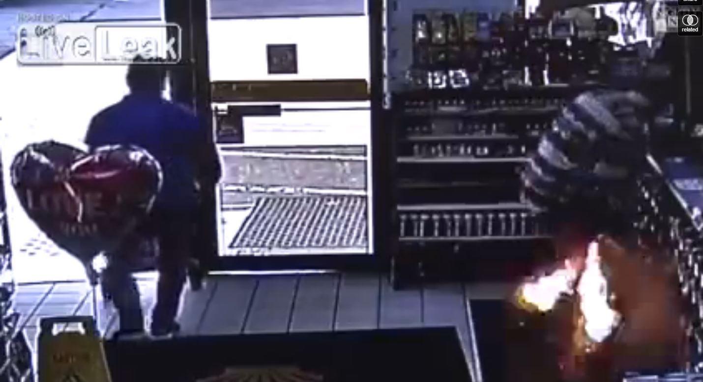 VIDEO: Le explota el cigarrillo electrónico en el bolsillo