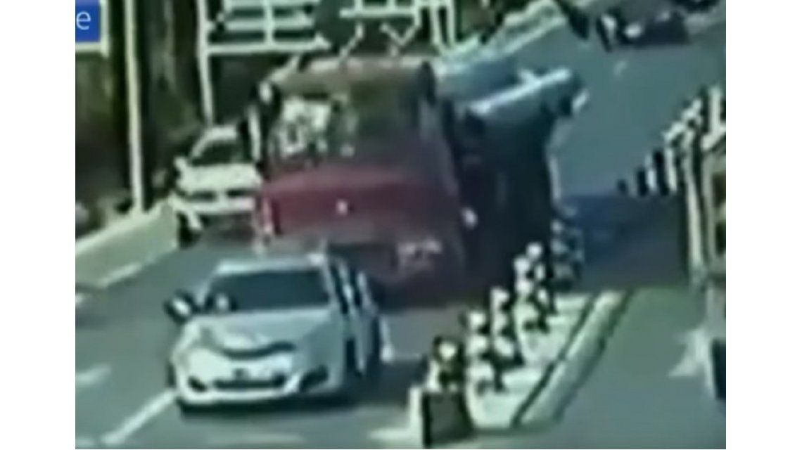 Chofer de camión murió aplastado por su propia carga