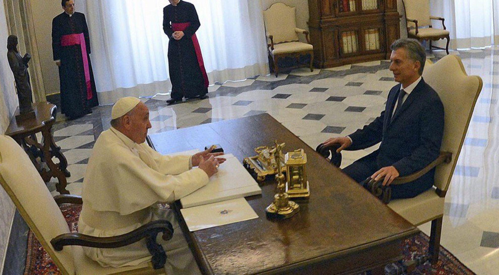 ¿Qué se regalaron Macri y Francisco durante el encuentro?