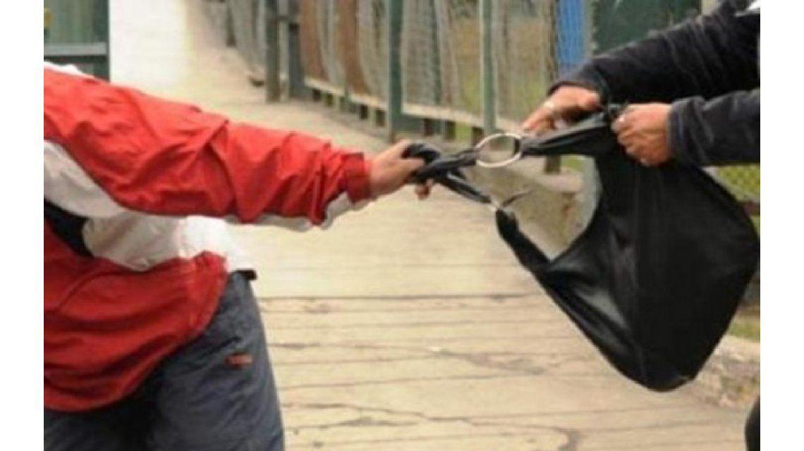 Sin límites: le pegan a bebés para que sus mamás suelten la cartera o el celular