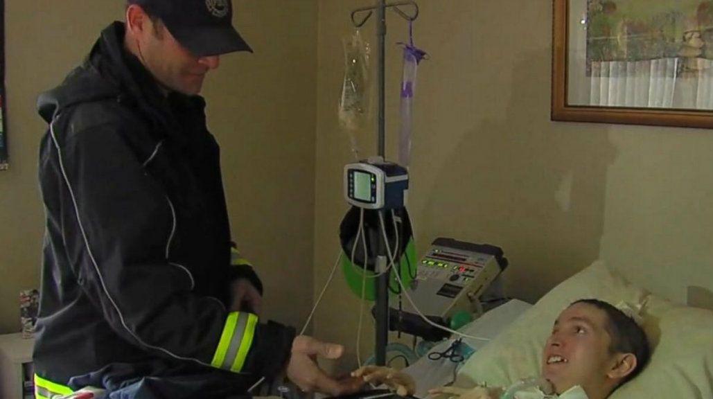 Un bombero pagó la factura de la luz de un chico con distrofia muscular