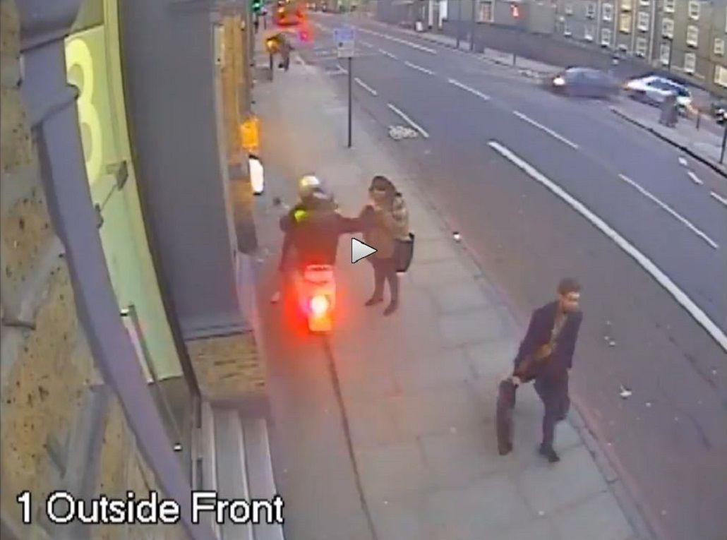 VIDEO: Una moto robó dos celulares en menos de 50 metros