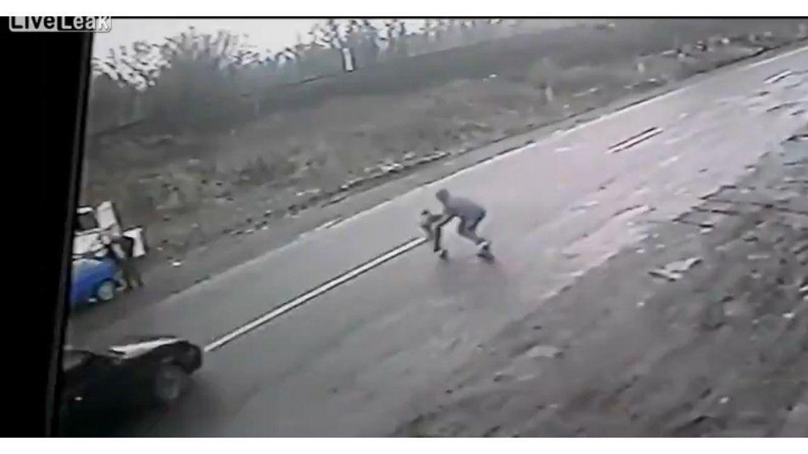 VIDEO: Un padre héroe salva de milagro a su hijo de ser atropellado