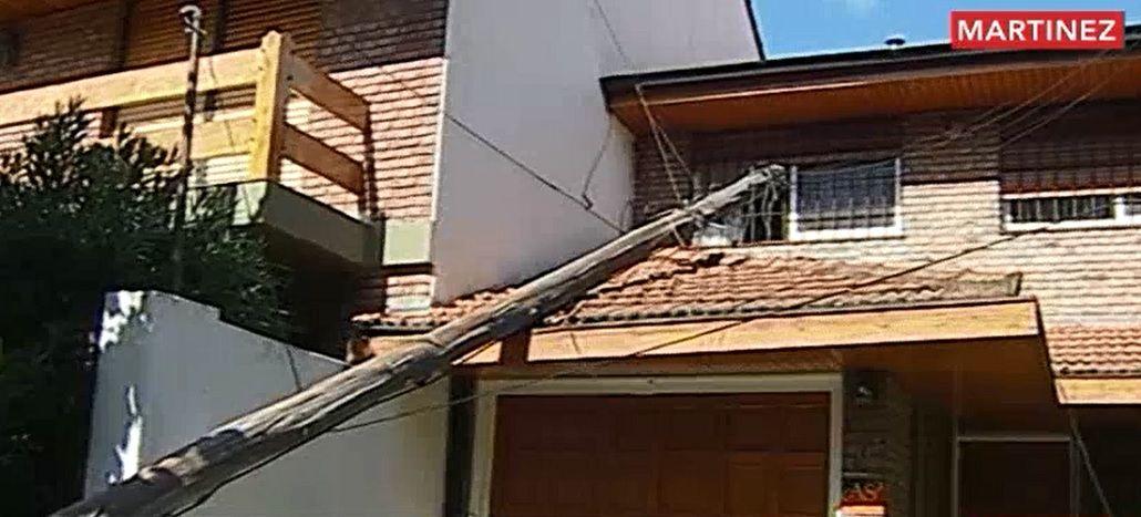 Tuvo cinco días un poste caído sobre el techo de su casa