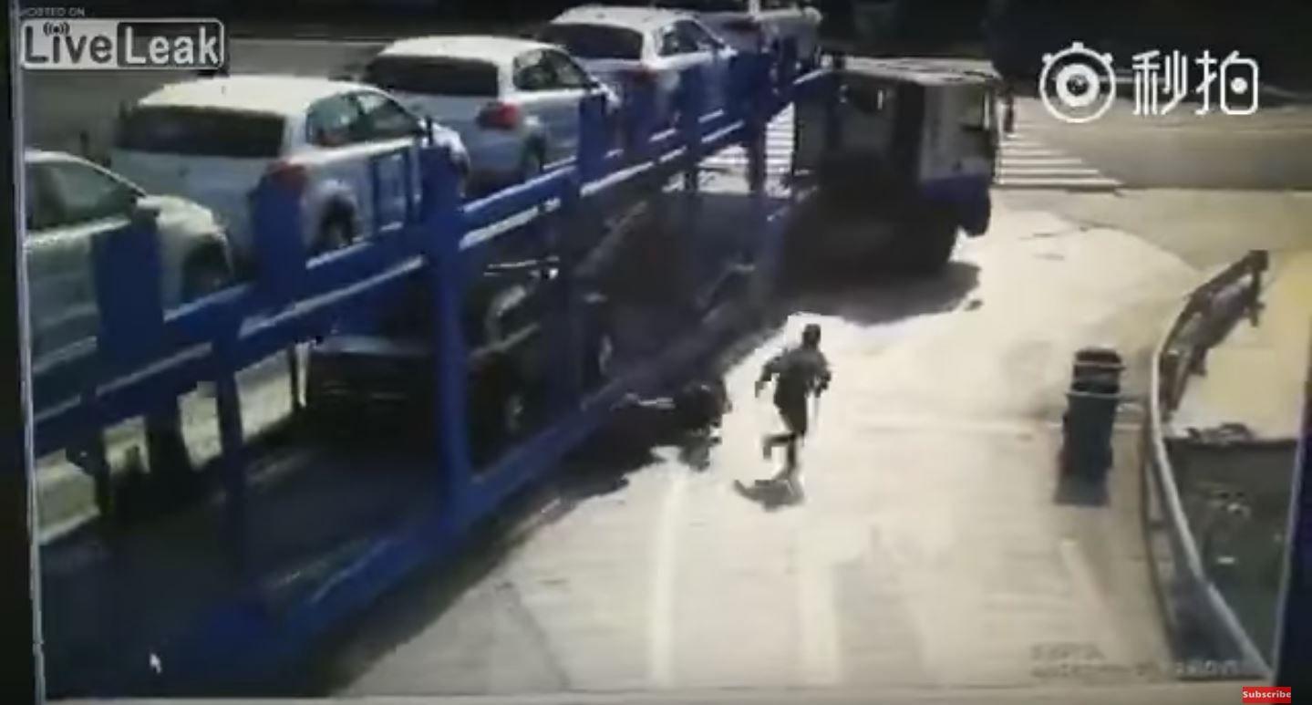 VIDEO: Un bebé sobrevive a un terrible choque entre una moto y un camión