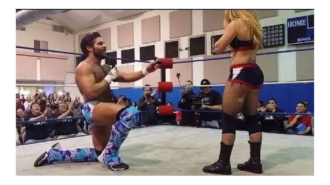 El luchador más tierno del mundo: propuso casamiento en el ring