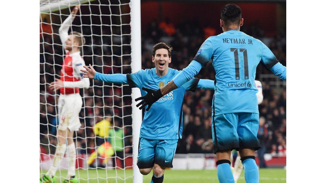 Con dos goles de Messi, el Barça le ganó al Arsenal y puso un pie en cuartos