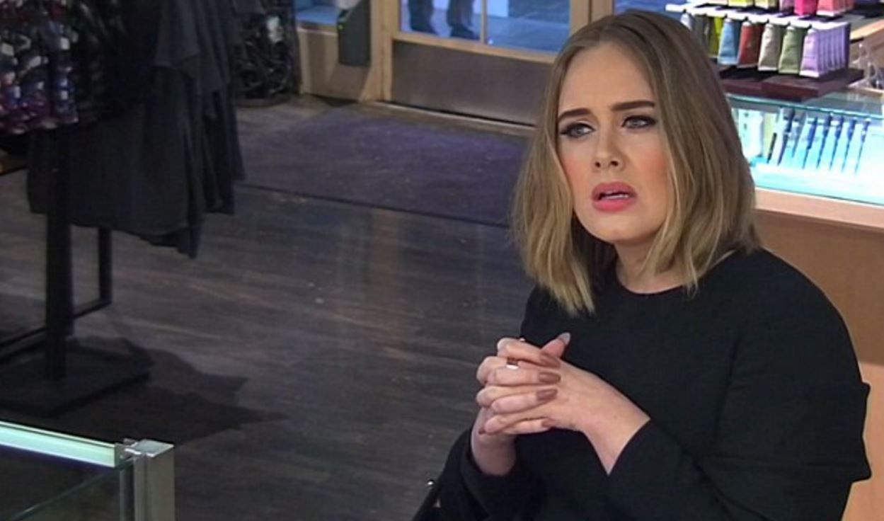 Tiene futuro como actriz: mirá la genial broma que hizo Adele en un local de jugos