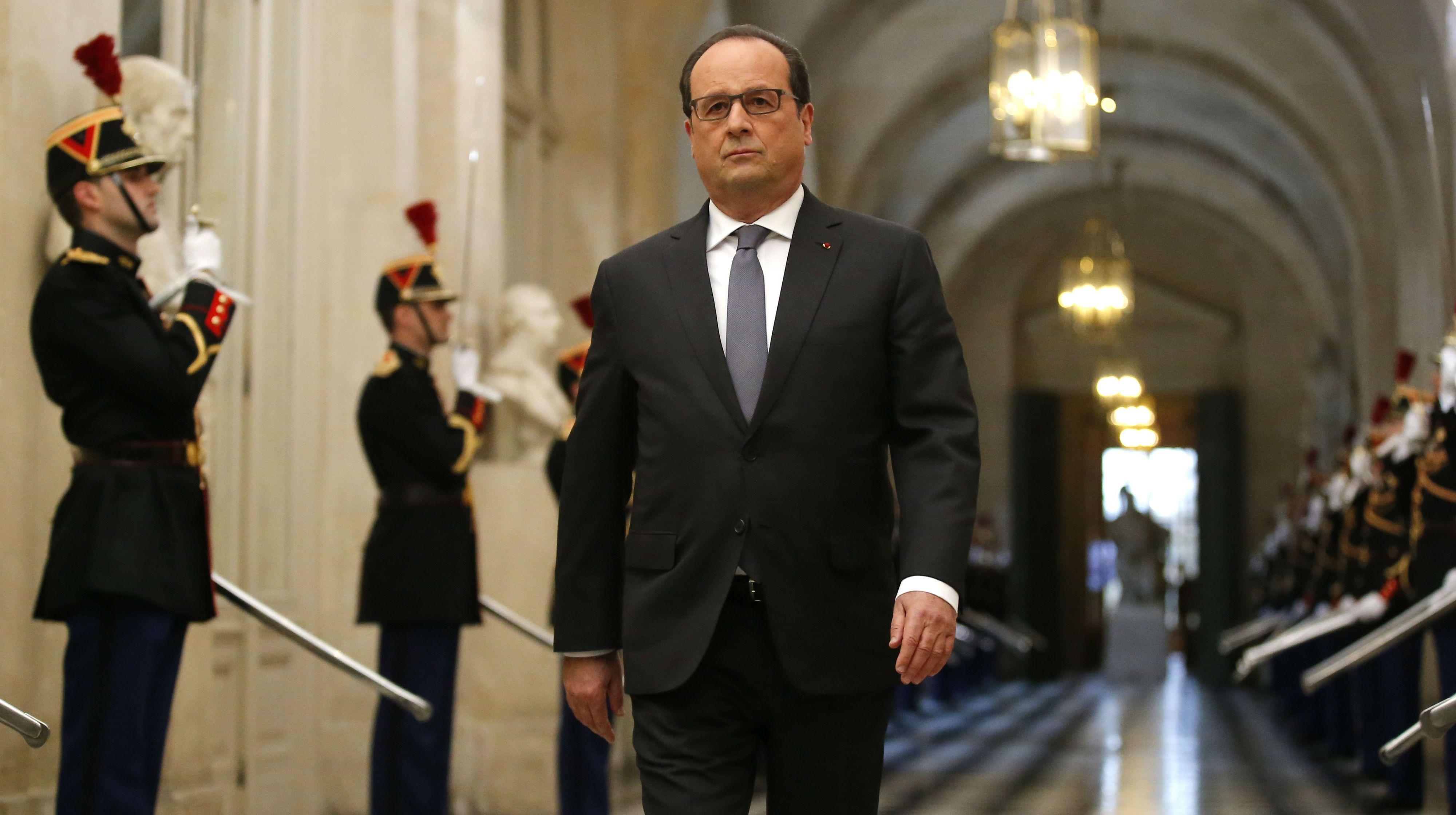 Hollande llega a Argentina y homenajea a víctimas francesas de la dictadura