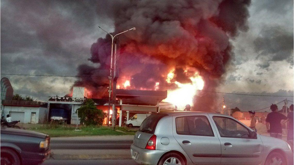 Impresionante incendio en Burzaco: ardió un depósito de aceite lubricante