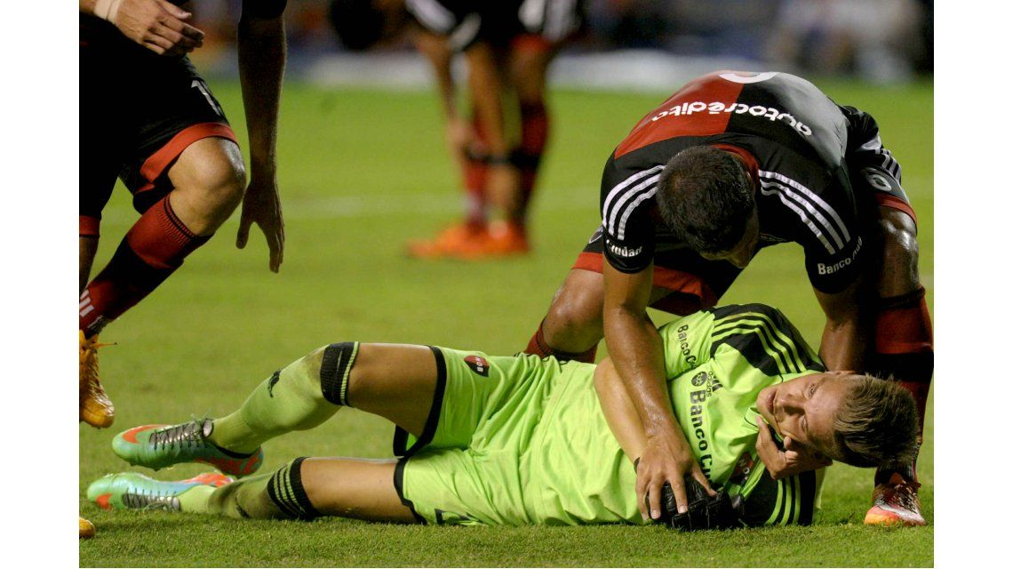El terrible rodillazo de Tevez que le fracturó la mandíbula al arquero de Newells