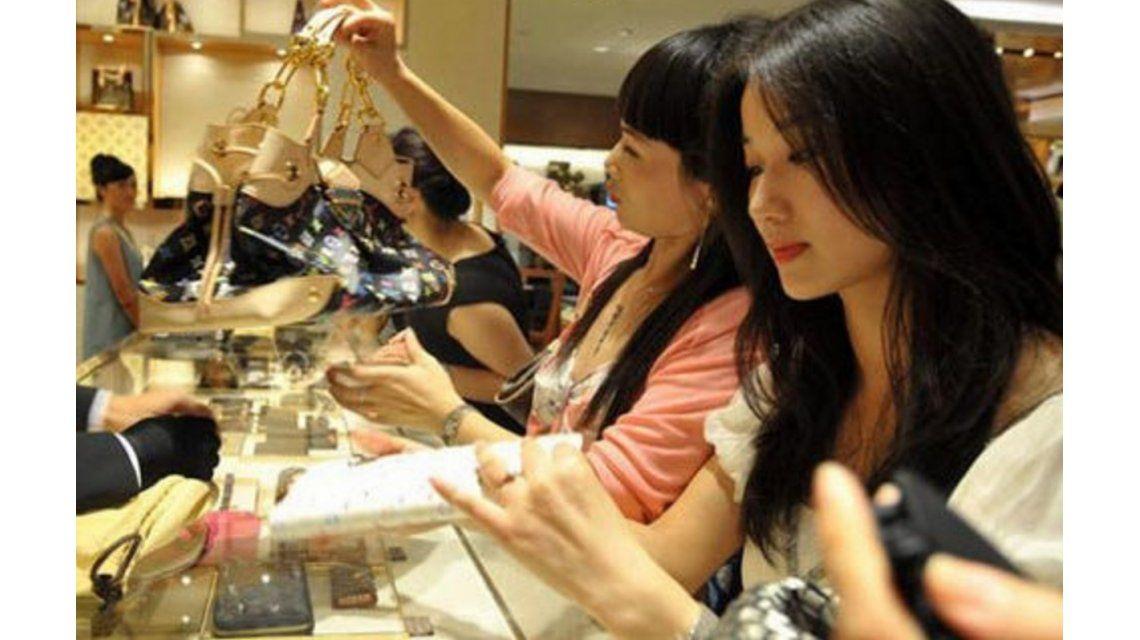 Nuevos ricos: los chinos compraron la mitad de los productos de lujo vendidos en 2015