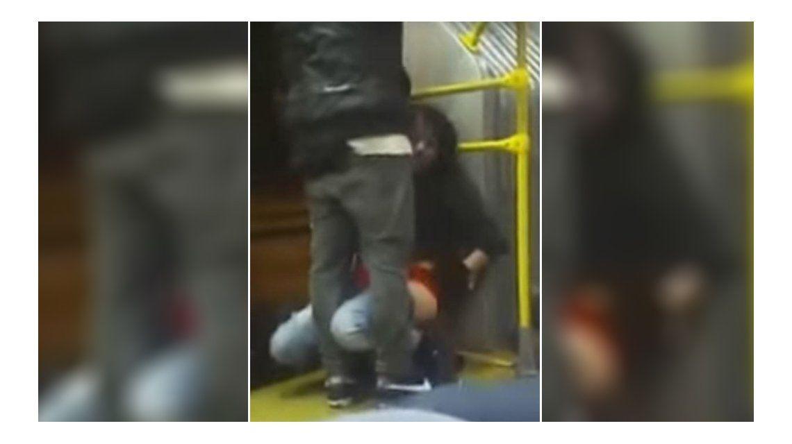 VIDEO: Una mujer borracha orinó en el transporte público delante de todos