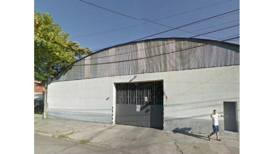 Un hombre limpiaba el techo de una cochera, cayó al vacío y murió en el acto