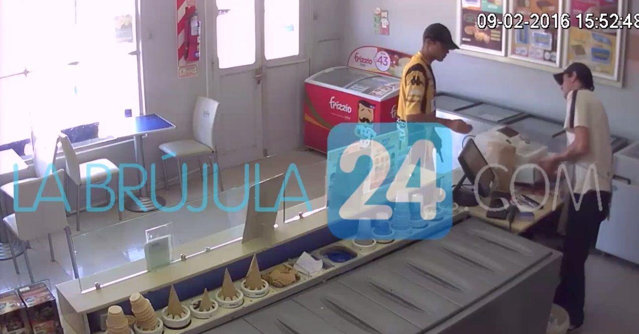 VIDEO: Entró a un heladería, robó el dinero y se fue caminando