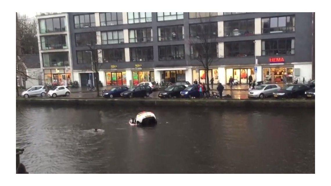 El dramático rescate de una madre y su bebé que cayeron con un auto a un canal