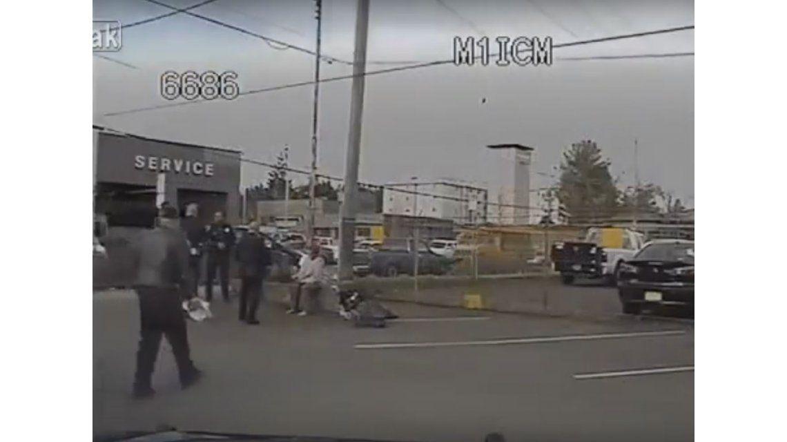 VIDEO: Un policía le compra zapatillas a un sin techo