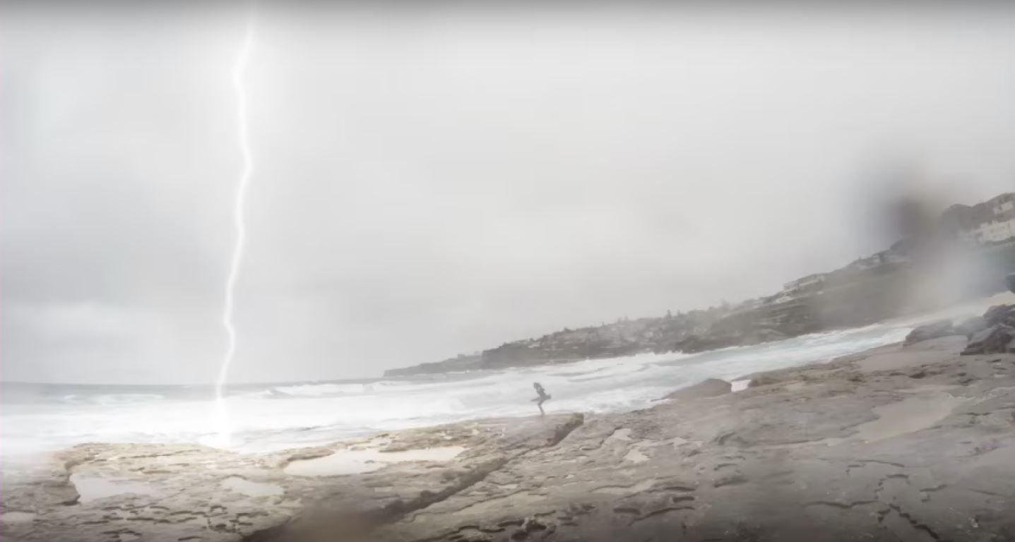 VIDEO: Un rayo cayó muy cerca de una chica que iba a nadar con su novio