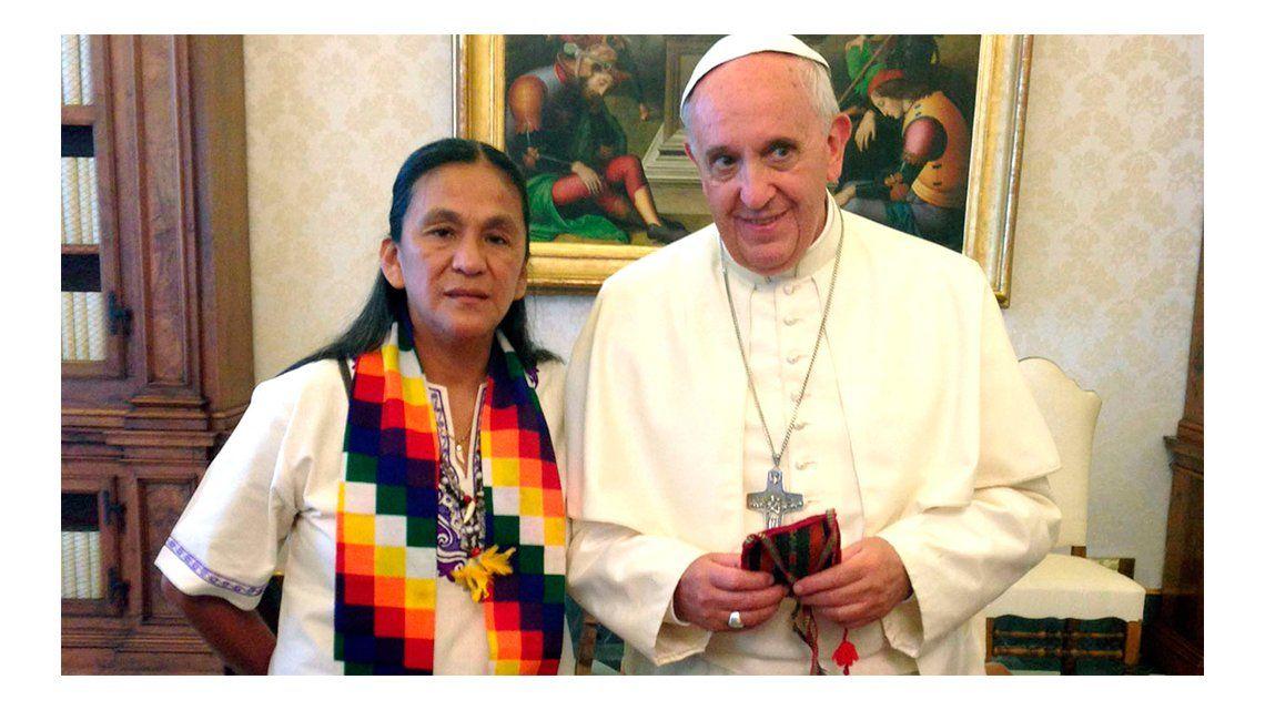 Gesto del Papa: Francisco le mandó un rosario bendecido a Milagro Sala
