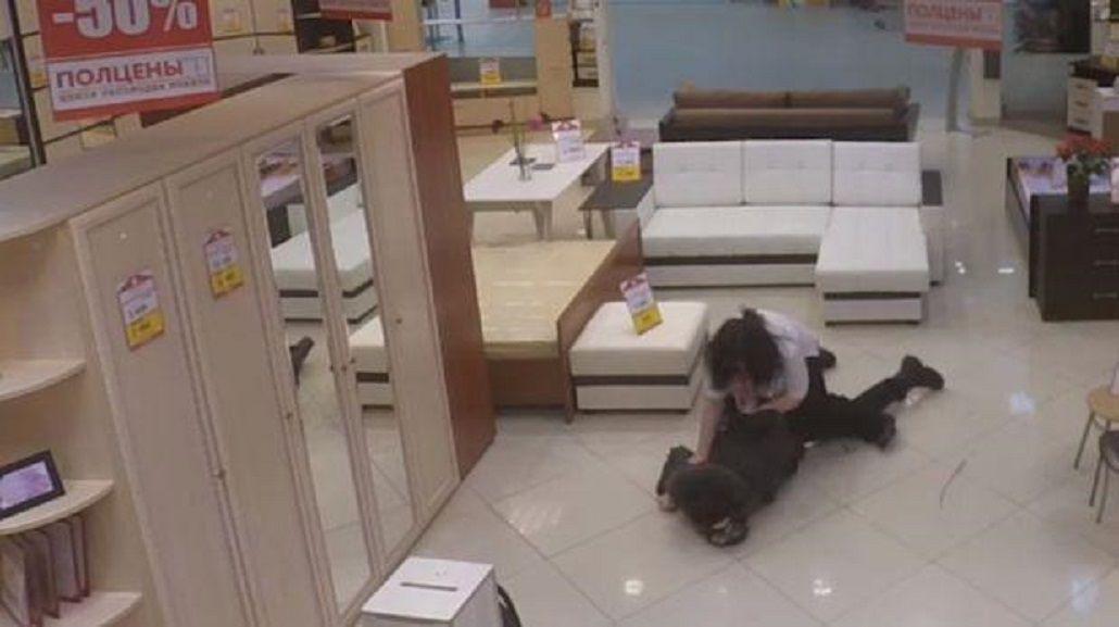 Le salió mal: vendedora evitó un robo con una toma de karate