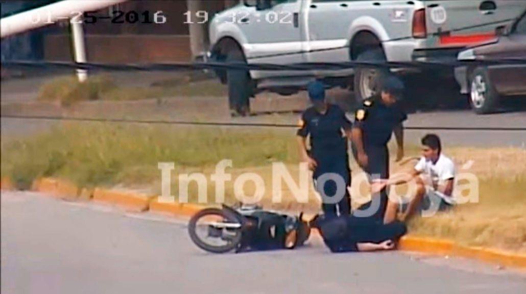 Policía carancho: lo acusan de tirarse arriba de una moto durante un control