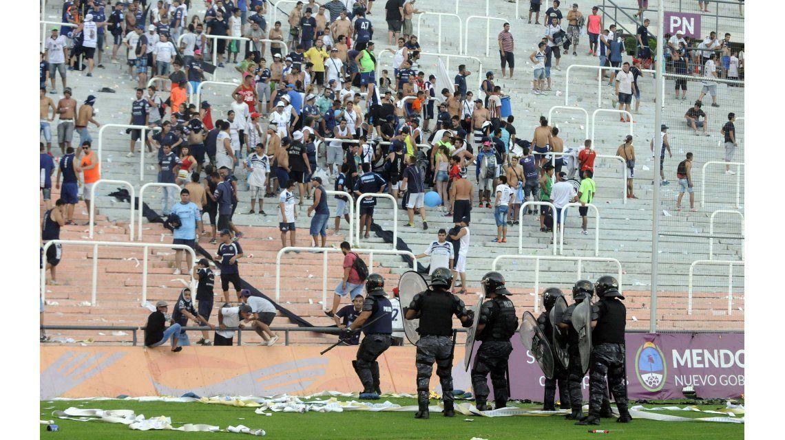 Incidentes, detenidos y 32 policías heridos en un partido en Mendoza
