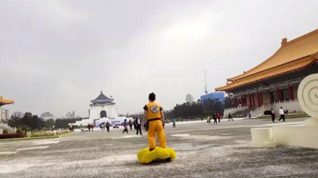 Para fanáticos: Gokú pasea en su nube por las calles de China
