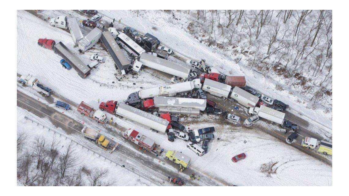 Un choque de más de 50 autos deja al menos tres muertos en Estados Unidos