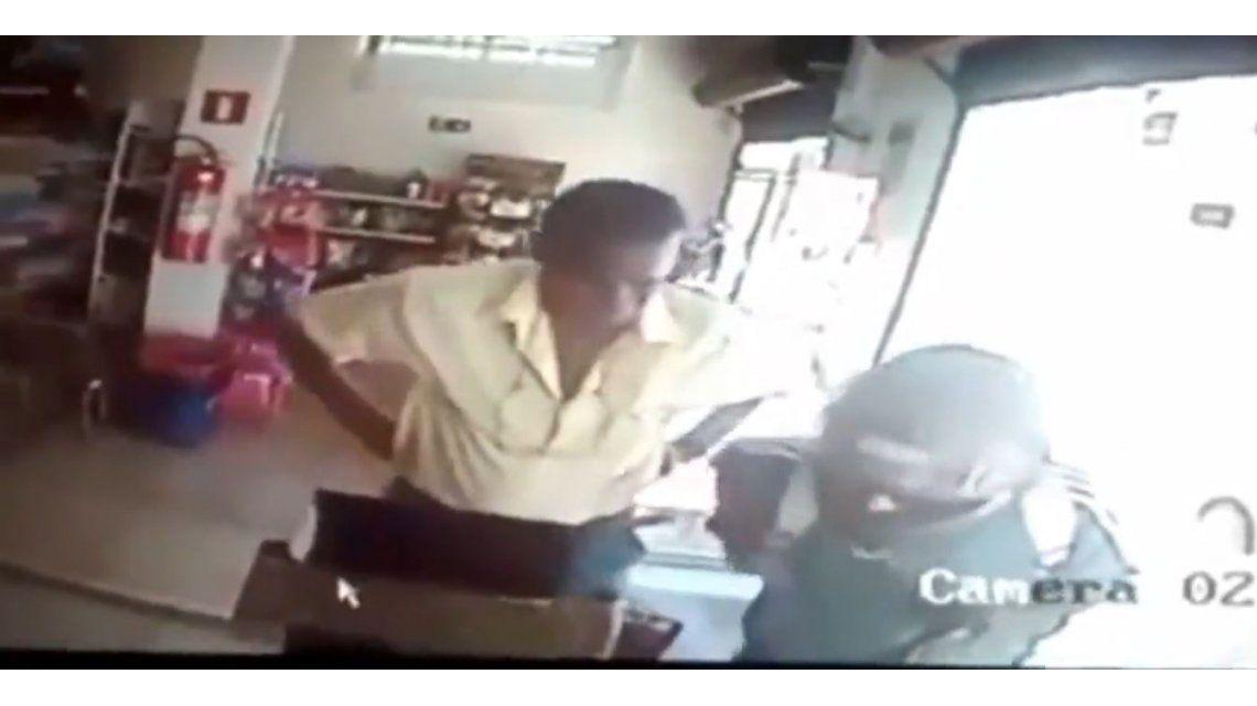 VIDEO: Un hombre de 80 años frenó a un ladrón que tenía un arma
