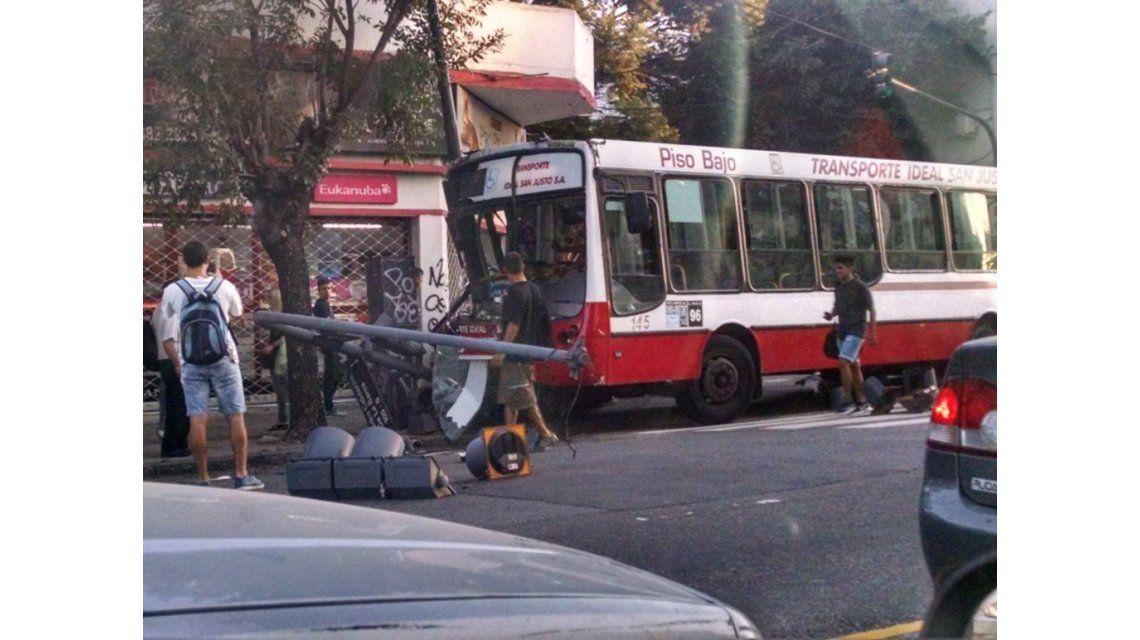 Un colectivo chocó contra una moto y un auto en Villa Luro: hay varios heridos