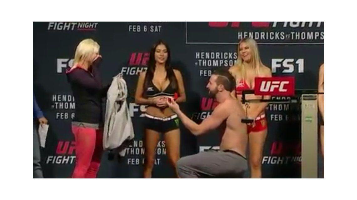 De los que no quedan: un peleador de UFC pidió matrimonio a su novia en pleno pesaje