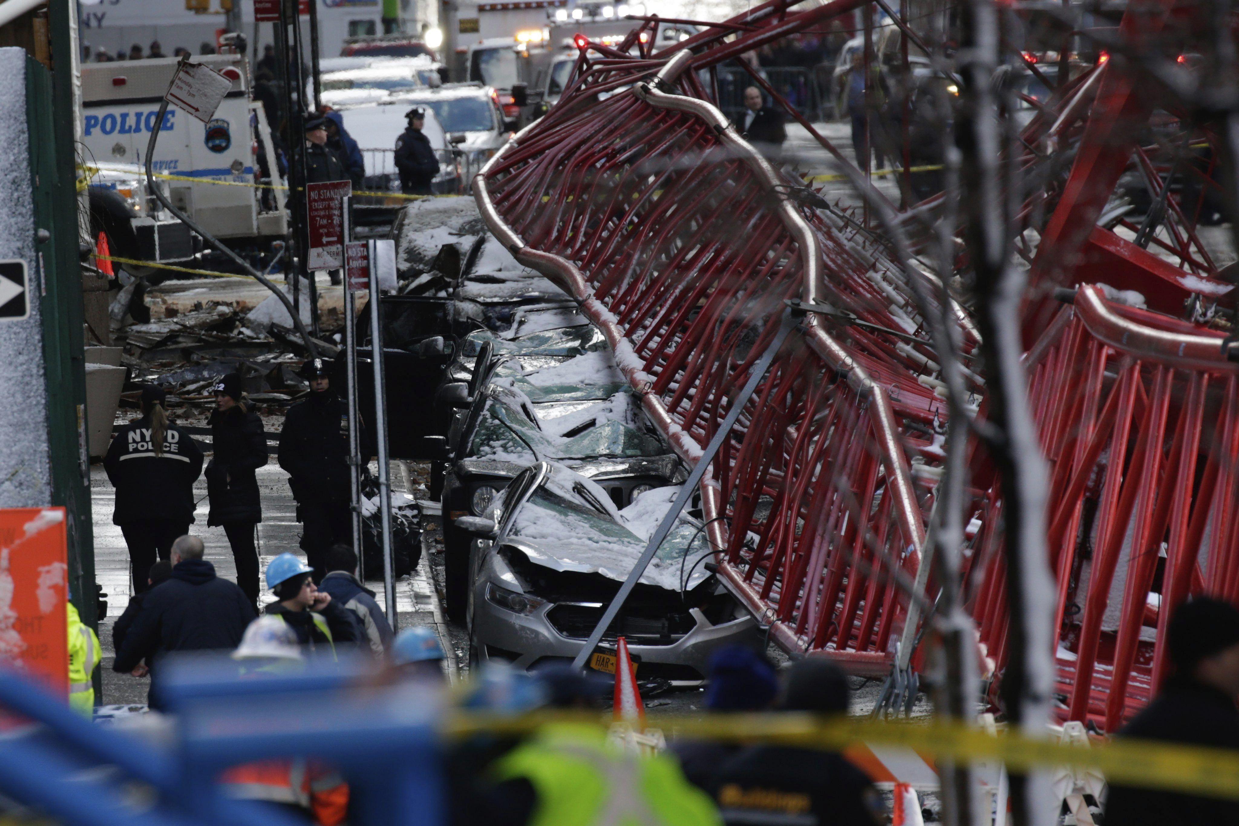 Un muerto y tres heridos tras la caída de una grúa en la ciudad de Nueva York