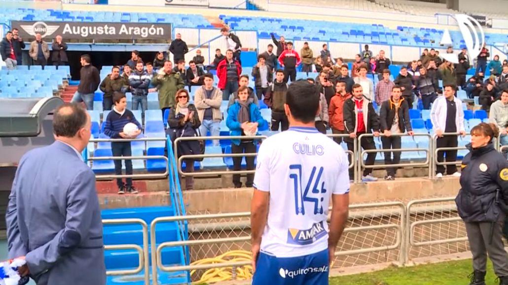Un futbolista argentino recibió insultos en la presentación de su nuevo club