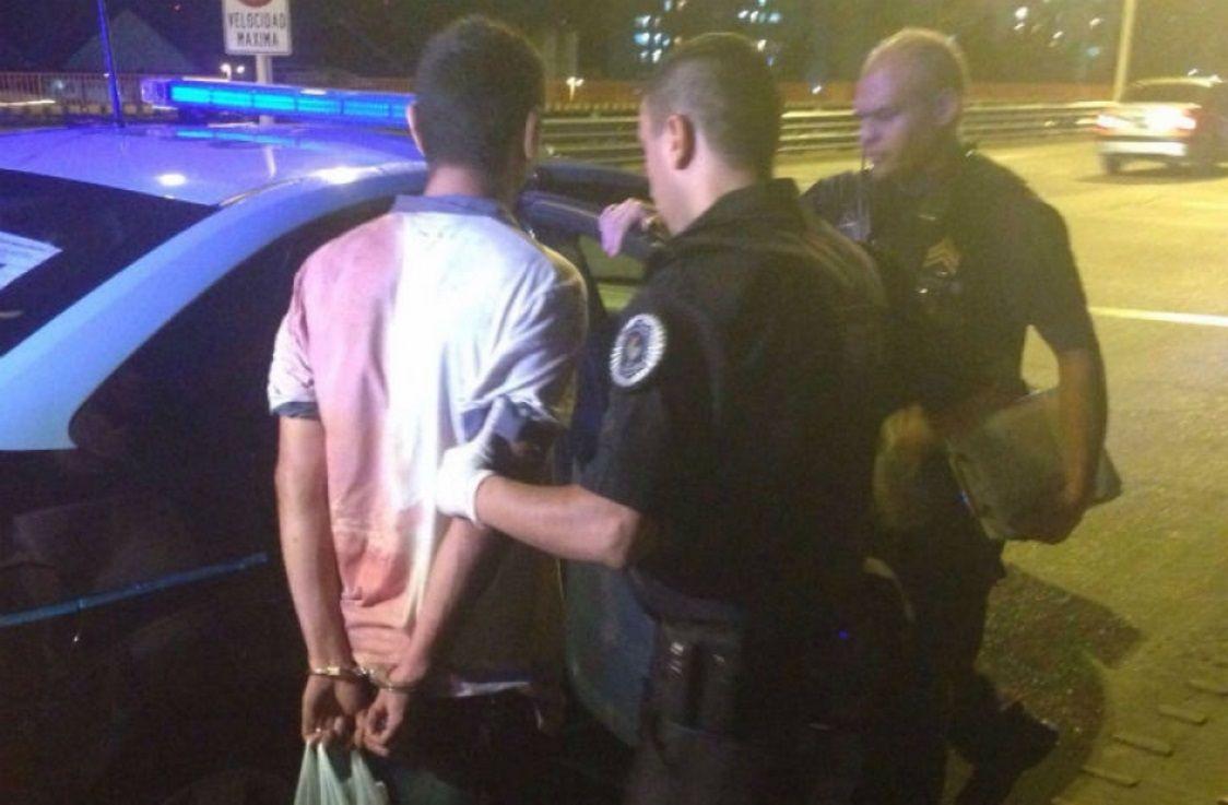 Un hombre mató a su hijo para librarlo del calvario y lo cargó en brazos en Puente Pueyrredón
