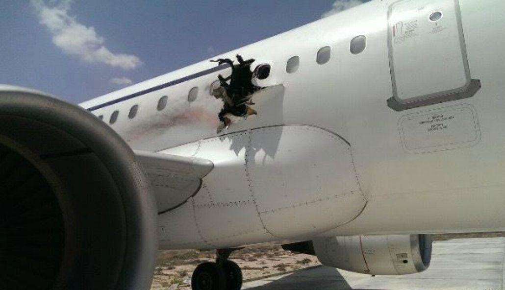 Un avión de pasajeros aterrizó de emergencia con un agujero en el costado