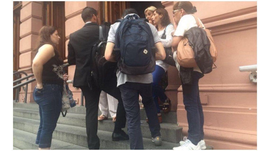 Empleados públicos denunciaron despidos en la Casa Rosada