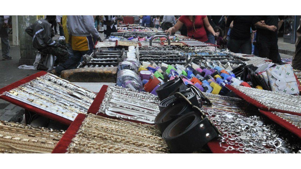 Un detenido durante el desalojo de vendedores ambulantes en Retiro