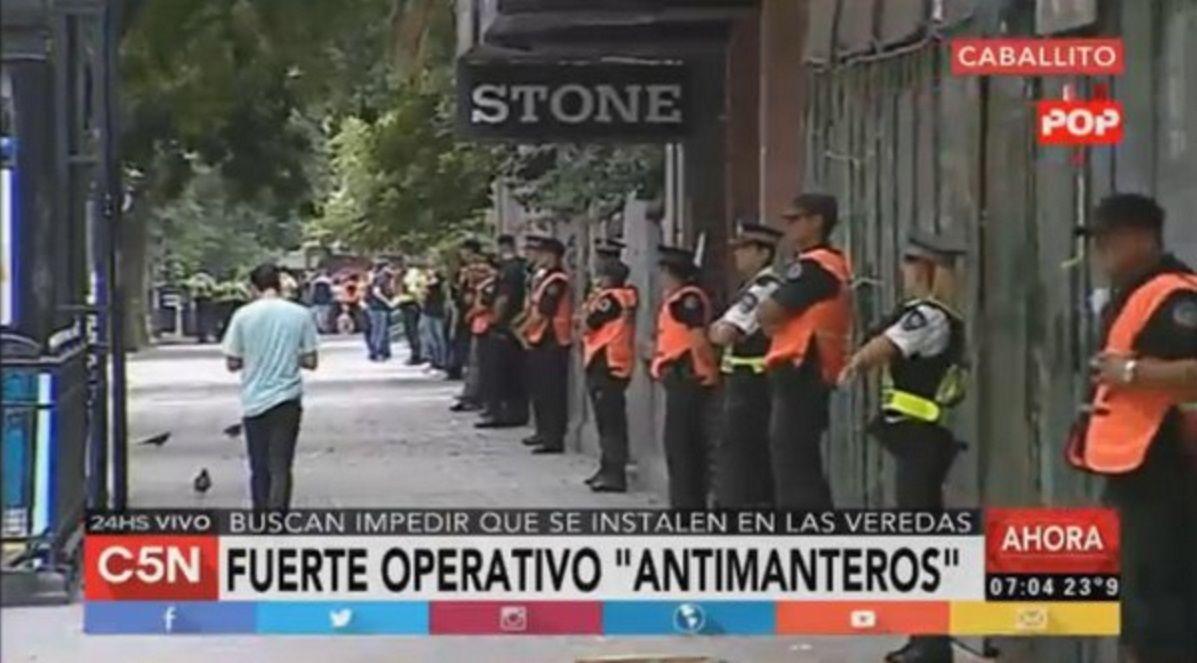 Dispositivo policial en Caballito y Retiro para impedir la reinstalación de manteros