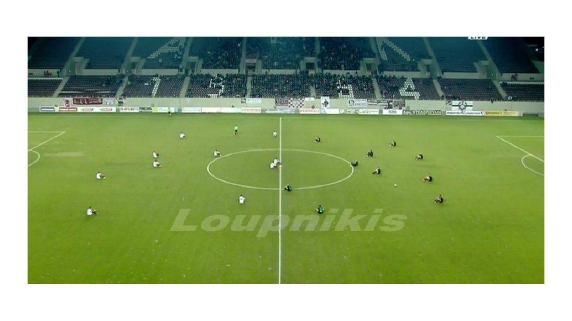Histórico: 22 jugadores sentados en pleno partido para protestar por los refugiados